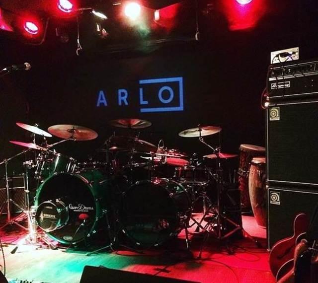 Si te gusta el buen rock and roll te gustara Arlo.