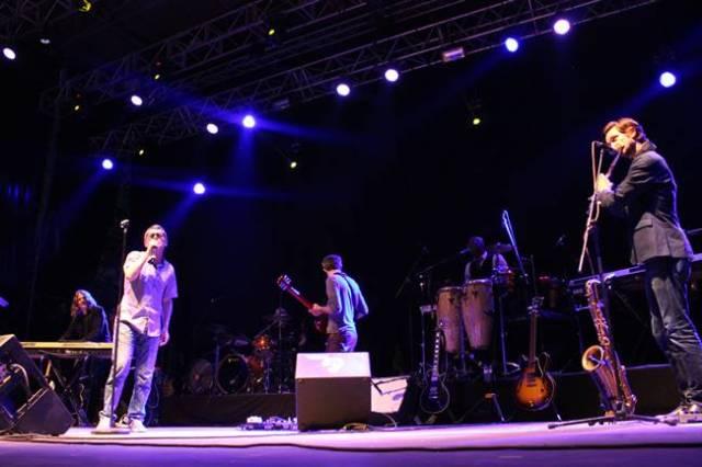 Iván Ferreiro acompañado por la banda de David Bowie en #juntémonosconbowie