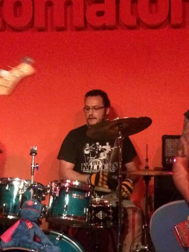 Yuso a la batería de Látigo Mantra