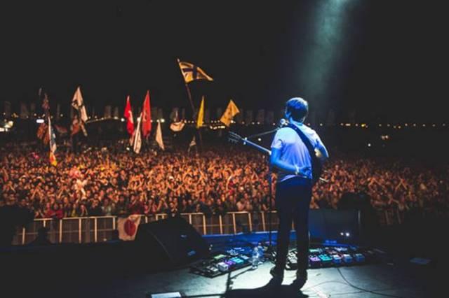 Jake Bugg durante su actuación en el festival de Glastonbury