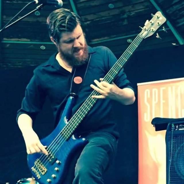 Spencer aúna influencias de varios grupos para conseguir un sonido muy compacto y de calidad.